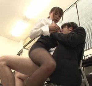 部下に説教しながら誘惑し、チ○ポを貪っていく痴女上司・・・