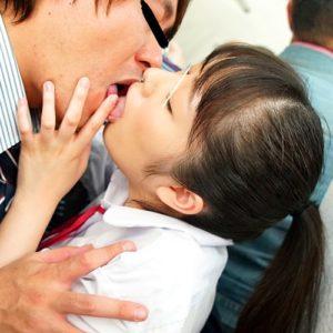 おじさん好き痴女子校生が戸惑う姿を堪能しながら濃厚ディープキス痴漢していく・・・