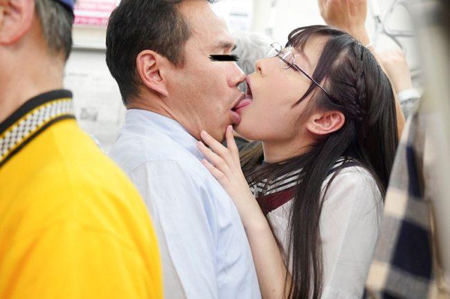 中年好き清楚女子校生 接吻誘惑